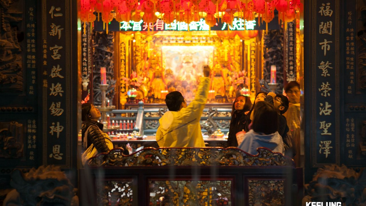 Watching locals pay their respects at Chenghuang Temple!